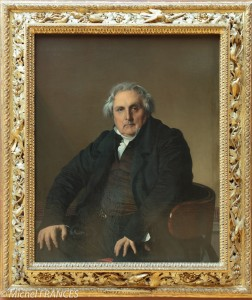 portrait d'un homme corpulent, les mains en appui sur les genoux