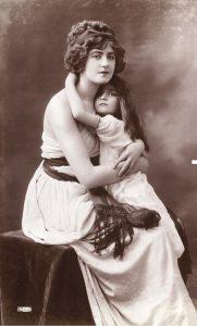 photo mère et fille enlassées style Vigée Lebrun