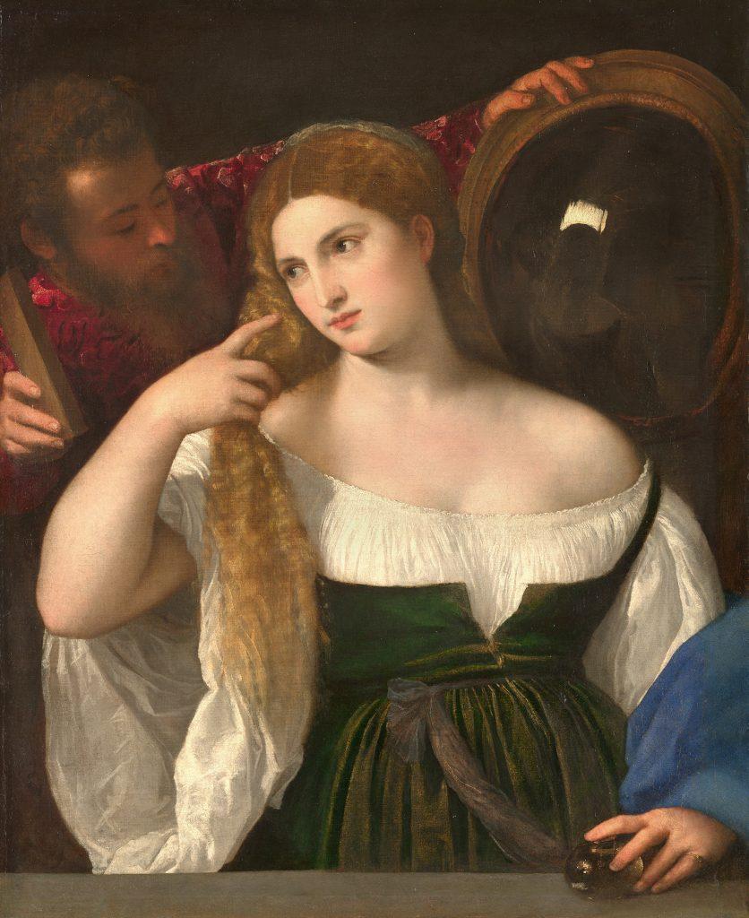 femme de face se coiffant un homme tient un miroir à l'arrière