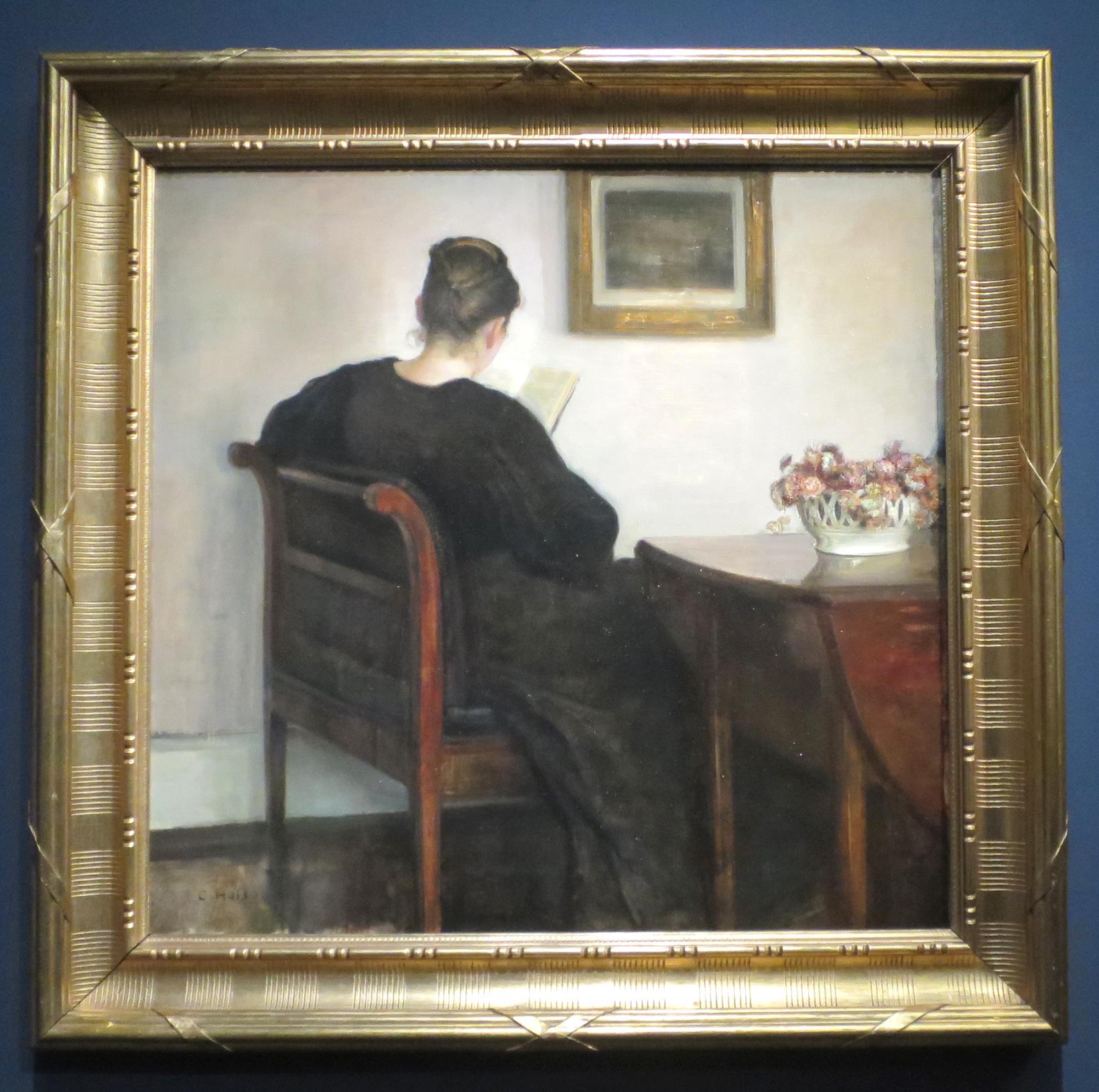 Intérieur avec une femme lisant