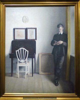 Intérieur avec un jeune homme lisant de V. Hammershoi